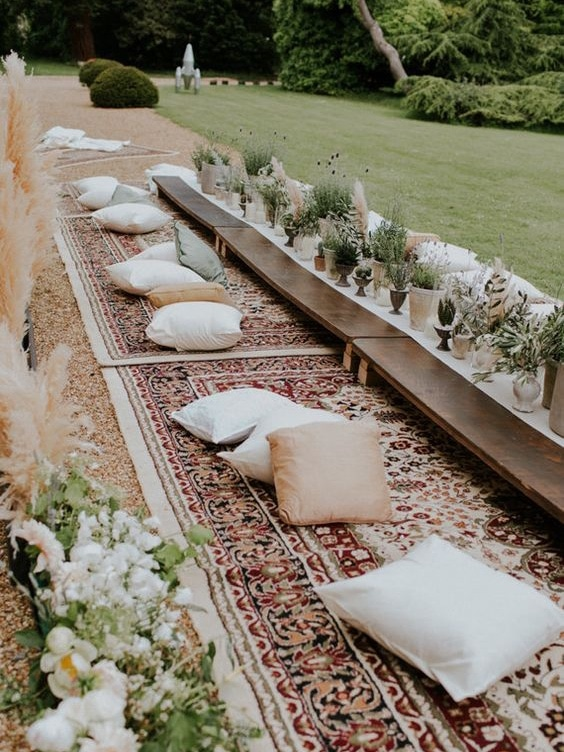 table de mariage decontracte au sol tapis coussin simple